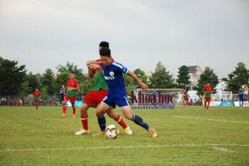 Các cầu thủ Tây Ninh (áo xanh) chấp nhận thất thủ 1-0 trước hàng phòng ngự quá chắc chắn của chủ nhà Bình Phước