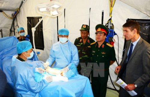 Từ ngày 6-23/9/2017, Trung tâm Gìn giữ hòa bình Việt Nam phối hợp cùng Bệnh viện Quân y 175 và các cơ quan liên quan của Bộ Quốc phòng Việt Nam tổ chức chương trình huấn luyện thực hành trên bộ trang bị Bệnh viện dã chiến cấp 2 số 1, mô hình bệnh viện dã chiến đầu tiên của Việt Nam dự kiến sẽ triển khai tham gia hoạt động gìn giữ hòa bình Liên hợp quốc tại Phái bộ Nam Sudan vào năm 2018. (Ảnh: TTXVN)