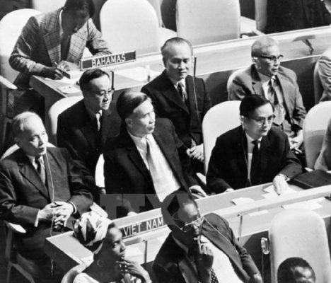 Đoàn đại biểu Việt Nam, do Bộ trưởng Ngoại giao Nguyễn Duy Trinh dẫn đầu, dự Kỳ họp thứ 32 Đại hội đồng Liên hợp quốc tại New York (Mỹ) ngày 20/9/1977. Kỳ họp đã thông qua Nghị quyết công nhận Việt Nam là thành viên của Liên hợp quốc. (Ảnh: Tư liệu TTXVN)