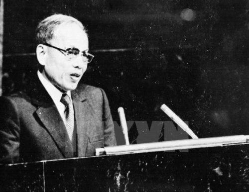Bộ trưởng Ngoại giao Nguyễn Duy Trinh phát biểu tại Kỳ họp thứ 32 Đại hội đồng Liên hợp quốc tại New York (Mỹ) ngày 20/9/1977. Kỳ họp đã thông qua Nghị quyết công nhận Việt Nam là thành viên của Liên hợp quốc. (Ảnh: Tư liệu TTXVN)