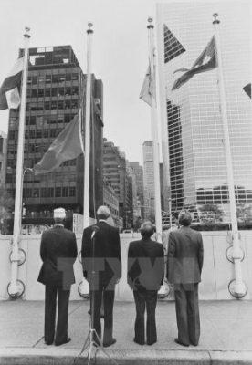 Lễ kéo cờ Việt Nam tại trụ sở Liên hợp quốc ngày 20/9/1977, đánh dấu sự kiện Việt Nam chính thức là thành viên của Liên hợp quốc. (Ảnh: Tư liệu TTXVN)
