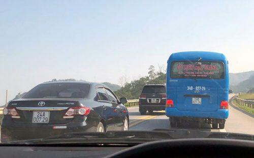 """Ô tô """"đua nhau"""" vượt ẩu trên cao tốc Nội Bài - Lào Cai - 1"""