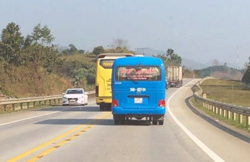 """Ô tô """"đua nhau"""" vượt ẩu trên cao tốc Nội Bài - Lào Cai - 4"""