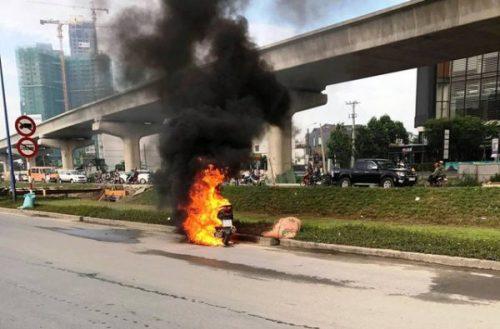 Xe tay ga bốc cháy khi đang chạy trên xa lộ - Ảnh 1.
