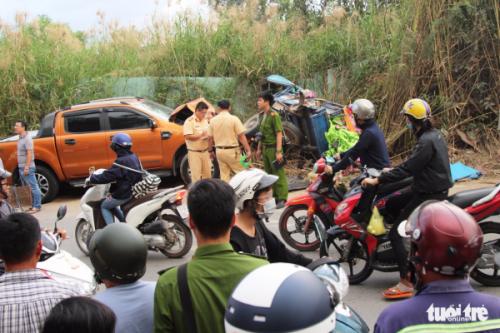 Xe ba gác bị xe bán tải húc văng, đè một người chết - Ảnh 1.