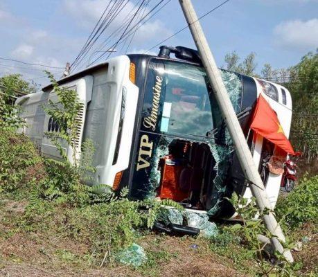Xe giường nằm lật ngang, người dân đập vỡ kính chắn gió để cứu hành khách - 1