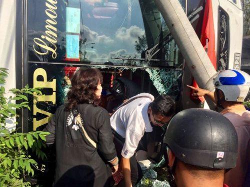 Xe giường nằm lật ngang, người dân đập vỡ kính chắn gió để cứu hành khách - 2
