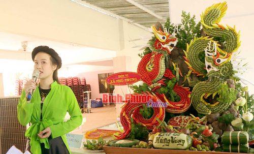Thí sinh xã Phú Trung thuyết trình mâm lễ dâng Vua Hùng
