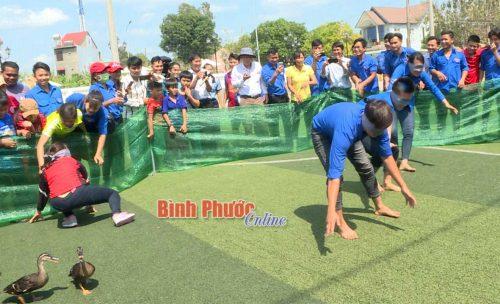 Trò chơi dân gian bịt mắt bắt vịt thu hút đông đảo cổ động viên tham gia cổ vũ
