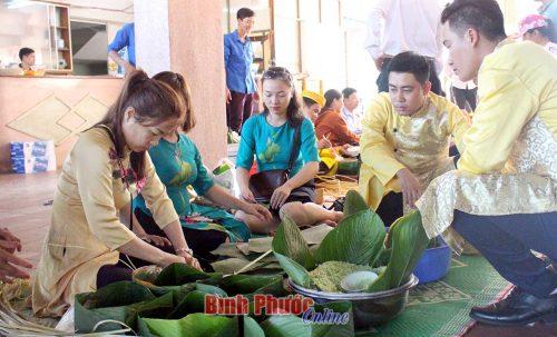 Phần thi gói bánh chưng của xã Long Tân