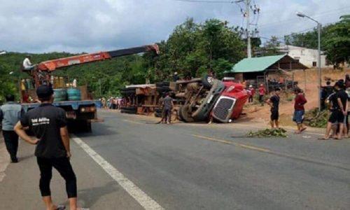 Bình Phước: Đang đi trên đường bị container lật ngang đè trúng, 2 anh em ruột chết thảm - Ảnh 1.