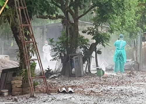 Cơ quan chức năng phun thuốc khử trùng ở một ổ dịch ở huyện Đồng Phú, Bình Phước. Ảnh: Văn Trăm.