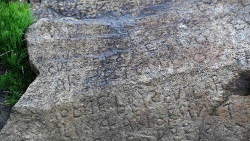 Ngôi làng chi mạnh 2000 Euro để giải mã ký tự lạ trên phiến đá 230 năm tuổi - 1