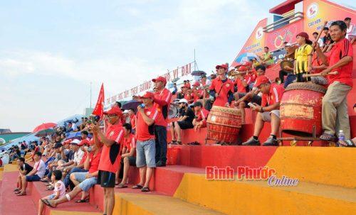 Dù thời tiết nắng nóng nhưng hàng ngàn cổ động viên đến sân để tiếp lửa cho đội nhà