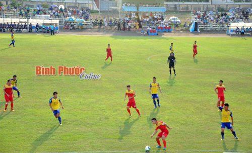 Nỗ lực cứu bóng đi hết đường biên ngang của một cầu thủ chủ nhà (áo đỏ)