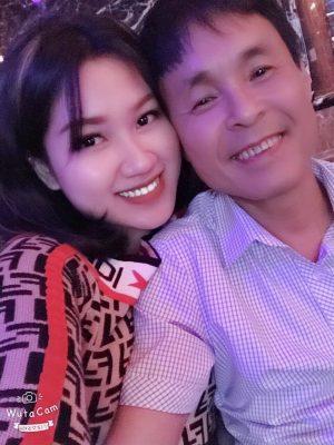 chuyen tinh ngot khong ngo cua ong chu quan karaoke va vo kem 30 tuoi hinh anh 1