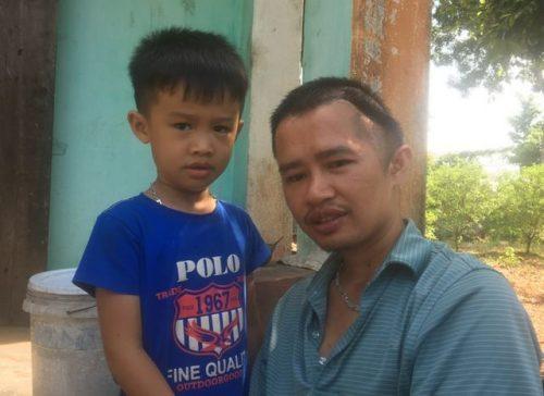 Cha mẹ nghèo bất lực nhìn con quặt quẹo vì 2 lần tai nạn giao thông hút chết - 2