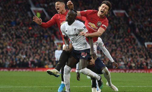 Mane (áo trắng) bị Rojo và Maguire theo sát. Ảnh: DM.