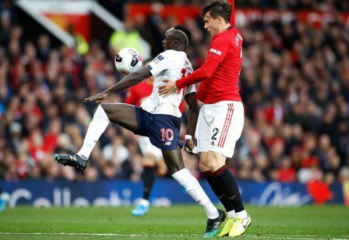 Pha để bóng chạm tay của Mane trước khi sút tung lưới Man Utd cuối hiệp 1. Ảnh: PA.