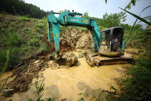Khởi tố vụ án hình sự đổ dầu thải vào nguồn nước sông Đà - Ảnh 2.