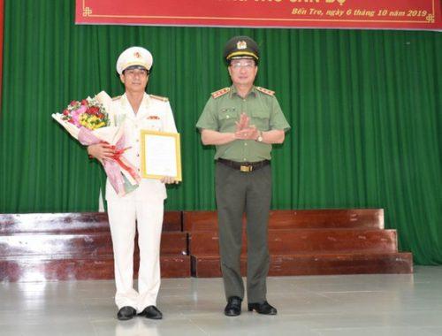 Thứ trưởng Bộ Công an trao quyết định điều động, bổ nhiệm Đại tá Võ Hùng Minh, Phó Giám đốc Công an tỉnh Bình Phước, giữ chức vụ Giám đốc Công an tỉnh Bến Tre