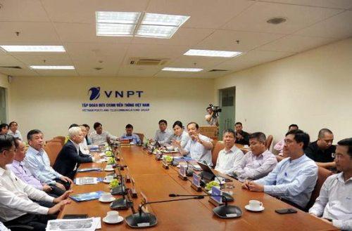 Phụ trách Hội đồng Thành viên, Tổng Giám đốc Tập đoàn VNPT Phạm Đức Long trao đổi với các lãnh đạo tỉnh Bình Phước tại buổi làm việc