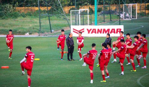 Cận cảnh đội tuyển Việt Nam tập luyện trước tái đấu Thái Lan - Ảnh 1.