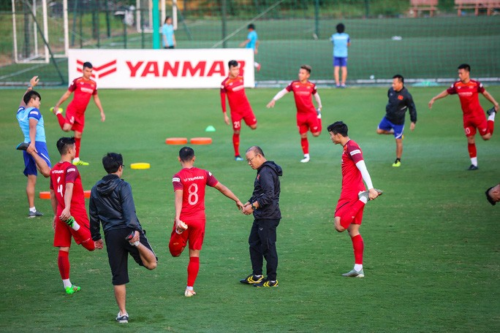 Cận cảnh đội tuyển Việt Nam tập luyện trước tái đấu Thái Lan - Ảnh 2.