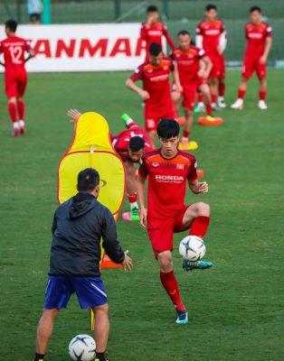 Cận cảnh đội tuyển Việt Nam tập luyện trước tái đấu Thái Lan - Ảnh 4.