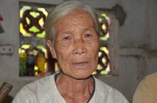 Xót xa cảnh cụ bà ngót 80 tuổi gánh chồng con trên đôi vai gầy xơ xác! - 3