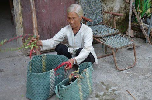 Xót xa cảnh cụ bà ngót 80 tuổi gánh chồng con trên đôi vai gầy xơ xác! - 5