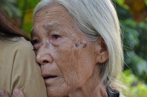 Xót xa cảnh cụ bà ngót 80 tuổi gánh chồng con trên đôi vai gầy xơ xác! - 10