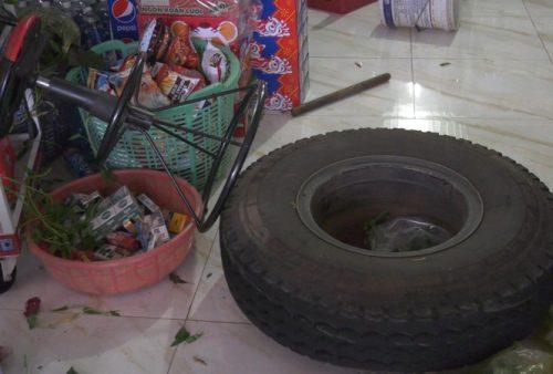Thót tim cảnh nổ lốp, bánh xe tải lao thẳng vào quán tạp hóa ở Bình Phước