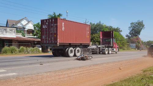 Binh Phuoc: Xe container tong xe may, 2 vo chong bi thuong nang hinh anh 1