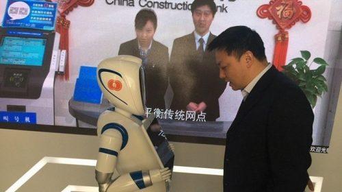 Ngân hàng dùng robot giao dịch với khách thế nào?