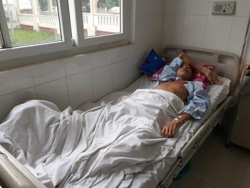 Xót xa nam sinh phải bỏ học đi làm thuê lấy tiền chữa bệnh cho cha - 2