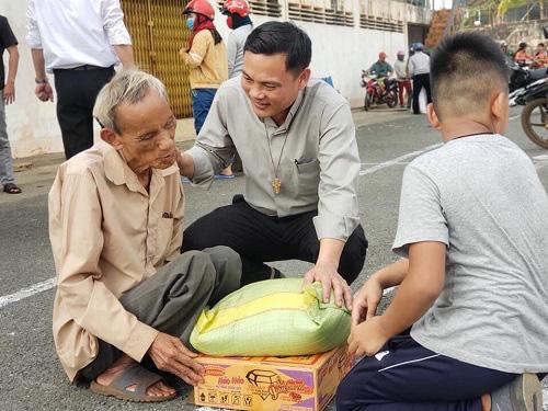 Trao quà cho người khiếm thị tại hai huyện Chơn Thành và Bù Đăng tỉnh Bình Phước - Ảnh 3.