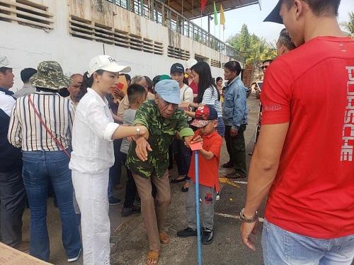 Trao quà cho người khiếm thị tại hai huyện Chơn Thành và Bù Đăng tỉnh Bình Phước - Ảnh 4.