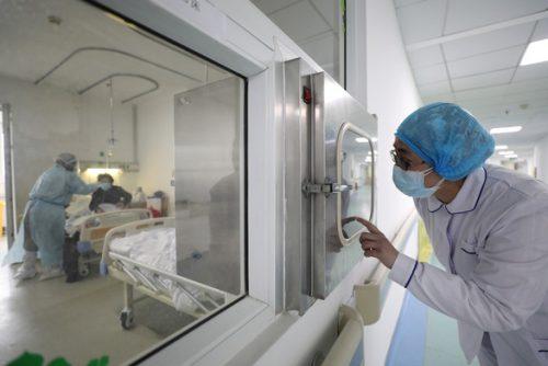 Trung Quốc thay đổi tiêu chí chẩn đoán, số ca nhiễm ở Hồ Bắc lại giảm mạnh  - Ảnh 1.