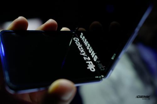 Trên tay Galaxy Z Flip - chiếc smartphone gập dọc bằng kính dẻo, giá 1.380 USD - Ảnh 4.