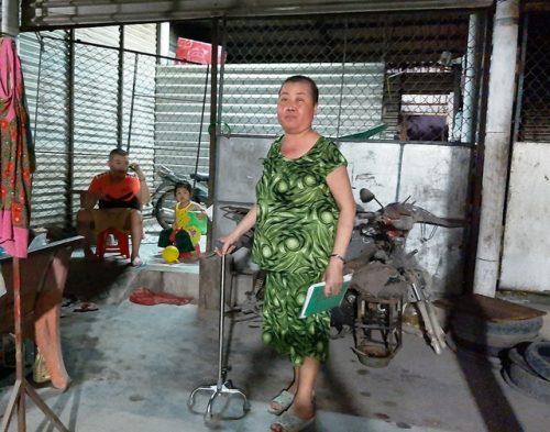 Xót xa cảnh người phụ nữ bất hạnh ôm con tá túc trong tiệm sửa xe - 5