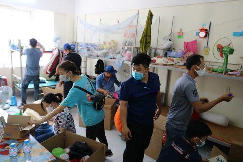 Hàng trăm tình nguyện viên dọn ký túc xá đón người cách ly - ảnh 1