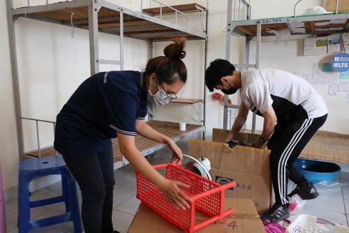 Hàng trăm tình nguyện viên dọn ký túc xá đón người cách ly - ảnh 2