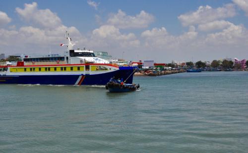 Khử trùng tàu Phú Quý Express do chở 3 khách du lịch - ảnh 2