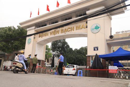 Chủ tịch Hà Nội: Rà soát tài xế taxi, xe ôm trước cổng BV Bạch Mai