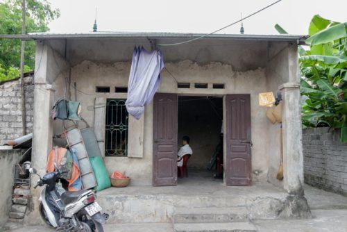 Đau lòng cảnh người phụ nữ nghèo ngồi ôm bệnh chờ... chết bên song cửa - 1