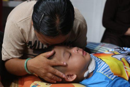 Nhói lòng cảnh vợ chồng khiếm thị bán vé số gắng gượng cứu con gái 6 tuổi - 3