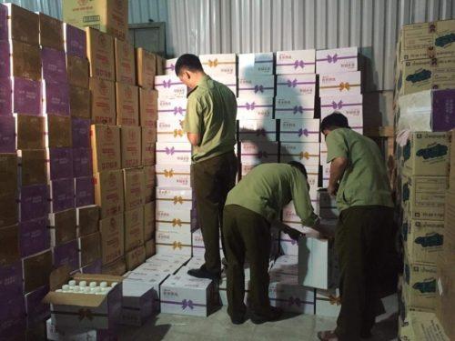 Đột kích, phá kho hàng 38.000 chai sữa chua Trung Quốc giữa Hà Nội