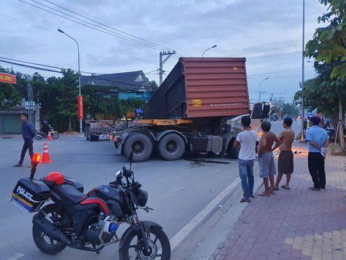 Tài xế xe container bị thùng xe đè tử vong - Ảnh 1.