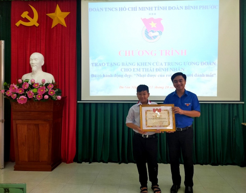 Đồng chí Trần Quốc Duy - Bí thư Tỉnh Đoàn trao bằng khen của Trung ương Đoàn cho gương người tốt việc tốt Thái Đình Nhân.